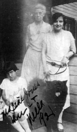 Family photo, Nella on R, 1921